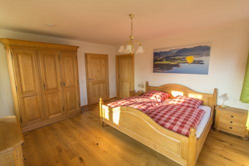Ferienwohnnung Chiemsee Ferienwohnung Übersee Das Schlafzimmer mit Doppelbett